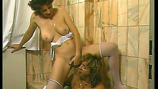 Dude with small dick cums on this milf and she pees on his shoulder