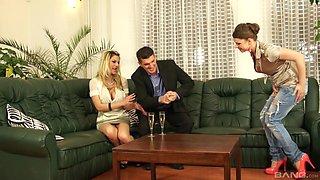 Kinky threesome sex game with Klarisa Leone and Leony Dark