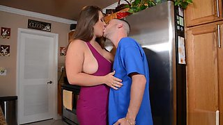 Chunker babe licked out on the kitchen worktop