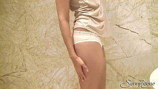 Palatable full of lust brunette Sunny Leone masturbates twat in the bathroom