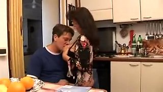 Vieille garce italienne baisée en lingerie par son amant