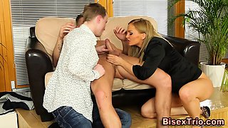 Bisex hunk gets analized