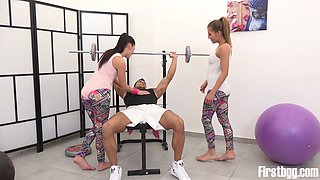 Handsome muscular fitness instructor fucks two pretty hot sport teens at the gym