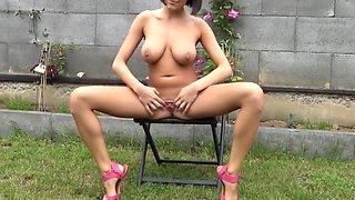 college girl mit geilen naturtitten uriniert im garten