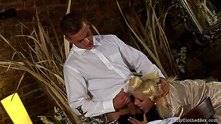 Horn-mad tanned blondie seduces a waiter for giving a stout blowjob
